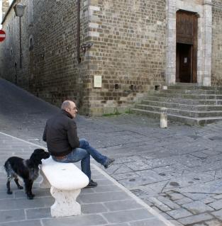 Pan i jego pies w Montalcino